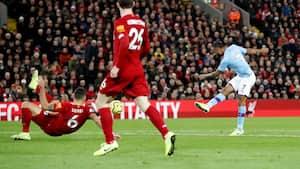 Så du det: Udskældt Liverpool-forsvarer blokerer skud fra Sterling - og fejrer det med stil