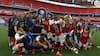 Slippy fingers: Arsenal-anfører taber pokalen
