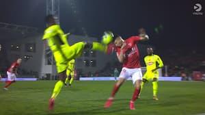 NEJ, NEJ, NEJ! Angers-spiller med vanvittig tackling ser omgående rødt