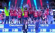 Se det ske: Her løfter Flensburg Bundesliga-trofæet
