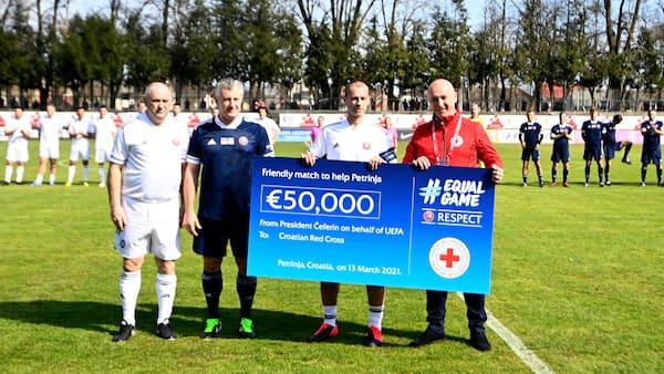 UEFA's præsident spiller for at hjælpe ofre for jordskælv