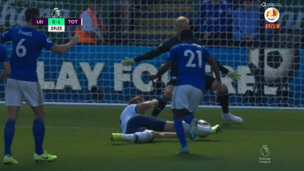 'Hold da op en kasse, mand!': Kane er allerede faldet på røven - får alligevel banket bolden i mål