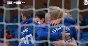 Chelsea straffer Readings ti kvinder og vinder første WSL-kamp efter pausen - se ALLE fire mål og det røde kort her