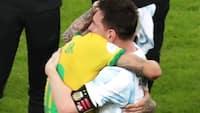 Midt i tårerne og jubelen deler Neymar og Messi det smukkeste øjeblik