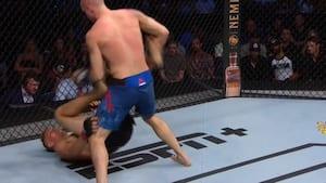 'Er du SÅ færdig en knockout!' - han ligger på ryggen og leverer helt spektakulær afslutning