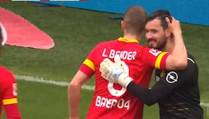 Dortmund-keeper lader modstander score på straffespark med vilje - se den bizarre situation