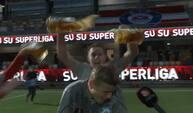 SIF-profil overfaldet med øl midt i tv-interview: 'Hvad fanden var det, du spurgte om?'
