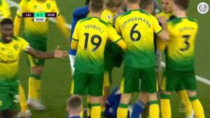 Voldsomt usportsligt: Norwich sparker bolden ud - men bagefter forsøger Leicester-spiller at score