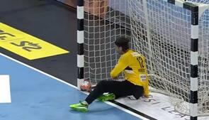 'Prøv at se den der, Dalmose!': Bold klistrer sig fast på stolpen og redder Heinevetter i semifinale