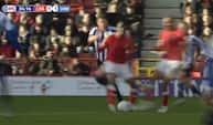 Hvad laver du dog?! - Charlton spiller tackler sin anfører og forærer bolden væk
