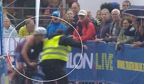 'Det er simpelthen skandaløst – sådan en tysk tosse!': Uheldig triatlet brager sammen med rundforvirret steward