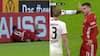 Pokal-ballade: Bayerns Thiago skubbet ud af banen - hamrer ind i bande med hovedet først