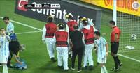 Slemt sammenstød: Argentinsk Aston Villa-målmand må bæres fra banen