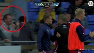 Spottede du ham også? Dansk skuespiller går amok med Lyngby-spillerne efter sejrsmål