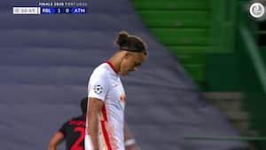Vanvittig dårlig afslutning! Yussuf Poulsen hamrer mod mål men ender til indkast