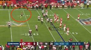 Det ser man ikke ofte i Super Bowl: Baneløber stopper spillet