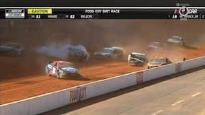 'Holy crap that was close' - racerkører undgår mirakuløst et stort crash i Nascar Food City Dirt Race