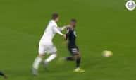 Heldige Joachim Andersen: Fejlbedømmer bold og trækker i nødbremsen - men dommeren ser det ikke