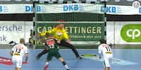 Dansk keeper udgår efter ti sekunder på banen - får tyret bolden direkte i bærret