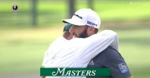Så du det: Dustin Johnson smiler efter det vindende putt - mens hans caddie og lillebror fælder en tåre