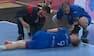 Håndboldspiller vrider sig i smerte efter knæskade og må bæres ud - se hændelsen her