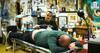 Thomas Bjørn holder sit løfte og får tatovering: 'Det bliver et sted kun min kæreste ser' – se den smertefulde sekvens her