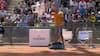 Rasende tennis-stjerne kyler med stol og smadrer sin ketcher – Så bliver han smidt ud