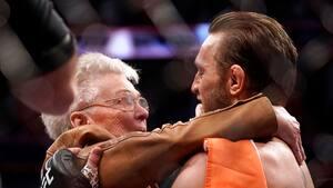 Cerrone bliver tiljublet efter røvfuld - så stjæler McGregor og Cerrones bedstemor al opmærksomheden