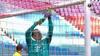 Godt forsøgt, Neuer: Her prøver han at fikse nettet med alternative midler