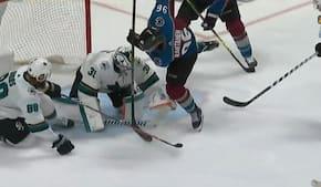 Han kaster sig frem og vipper pucken bagud - se helt vild assist i NHL-playoffs i nat