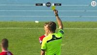 Ups! Hvidovre spiller tror han skal have frispark - ender i stedet med rødt kort for hånd på bolden