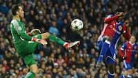 Udskældt City-målmand tryller mod Basel: Se konkurrentens reaktion