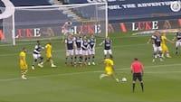 Uheldig målmand: Liverpool-spiller smækker frispark på træværket - ender med et selvmål