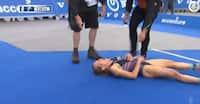RESPEKT! Løber 1.5 kilometer med krampe i benene for ikke at svigte sit hold - falder om i smerte ved målstregen