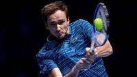 Nadal under pres: Medvedev snupper 1. sæt ved sæsonfinalen