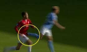 AV for f*****! Finnbogason smider sig i græsset - får en støvle lige i skridtet