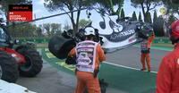 F1-rookie smækker bil i barrieren - men det er det, der sker bagefter, der får Kiesa til at vende sig væk i afsky