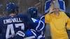 Bieber bryder ud i jubel og deler high fives ud da Engvall scorer fantastisk mål