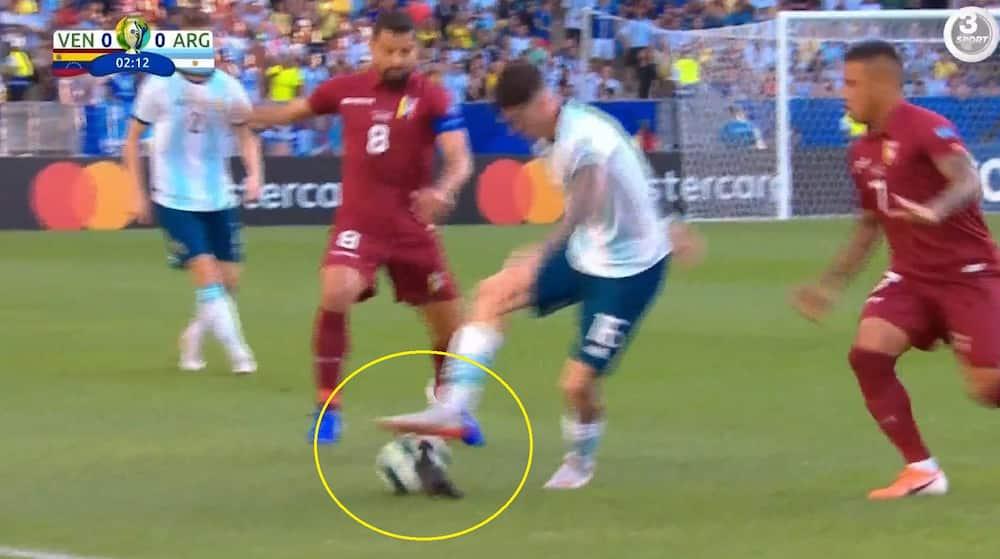 0ef8edab2b9 Haha, det sker kun i Copa America! Argentiner dribler en due og nedlægges