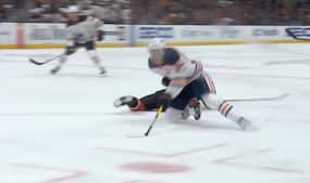 Glider på knæene, kommer op og snyder keeper - så du NHL-superstjernens vilde mål i nat?
