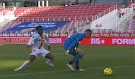 Bizart koks: Ligue 1-keeper skal bare sparke bolden væk - ender med let mål til 18-årig