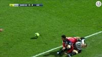 Kort før 1-0-mål: spiller skriger af smerte, men kampen spilles videre