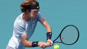 Russisk tennises fuldender hattrick mod uheldig ungarer