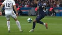 Neymar med overlegen detalje - vipper bolden op til sig selv og lægger sukkerbold