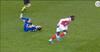AV: 17-årig smadrer modstander med grim tackling og får rødt efter ni minutter på banen