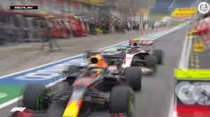 Tæt på: Magnussen ruller i pit - så kommer Red Bull flyvende ud foran ham