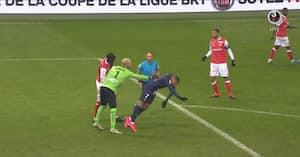 Mbappé spiller smart og triller bolden væk - så tænder målmand helt af