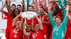 Smuk gestus: Her løfter legendarisk Bayern-trio Bundesliga-trofæet