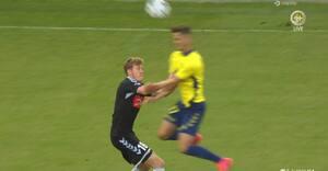 Knockoutet efter voldsom kollision med Brøndby-spiller - så får han gult kort
