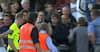 Skandaløse scener: Dommer eskorteret fra banen - vrede fans vil have fat i ham